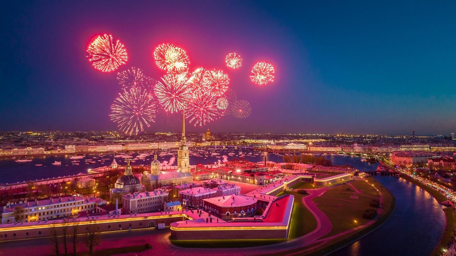 Feuerwerk über der Peter und Paul Festung in Sankt Petersburg